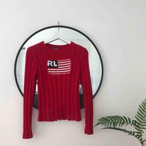 Äkta stickad Ralph Lauren tröja i rött med stor logga. Mycket bra skick och oerhört skön 🌿💜