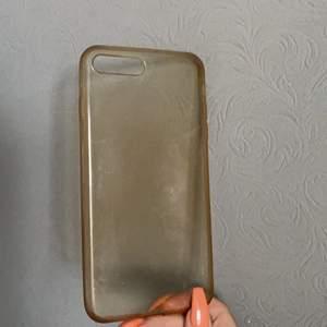 Säljer detta snygga genomskinliga skal i en lätt ljusbrun ton då jag bytt mobil💕 passar iPhone 7/8 plus💕