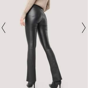 Säljer mina svarta skinnbyxor som är bootcut, det är i stl 40 men inte så stretchiga så passar S/M.