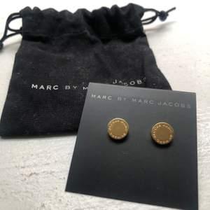 Marc by Marc Jacobs örhängen med superfin detalj och originalförpackning❤️ köpt i USA❤️original pris: $65 usd