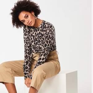 En leopardmönstrad tröja från Gina Tricot.               Köparen står för frakten!
