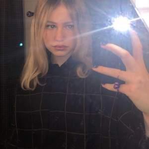 Jättefin svart rutig skjorta ifrån monki. Nästan aldrig använd.💘