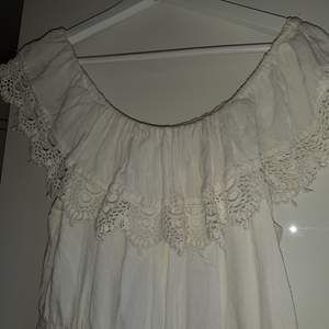 Säljer denna vita klänning från vila. Man kan ha den som både off shoulder och vanligt. Den är i strl M men skulle säga att den passar allt mellan S och L. Har aldrig använt den. Köpt för 499kr säljer för 200kr
