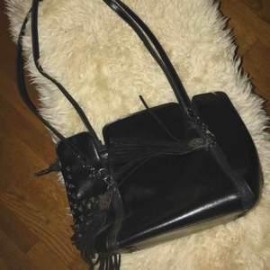 Väska som är helt oanvänd. Med dödskalle detaljer. Väskan har inga repor eller liknande. Köparen betalar frakten