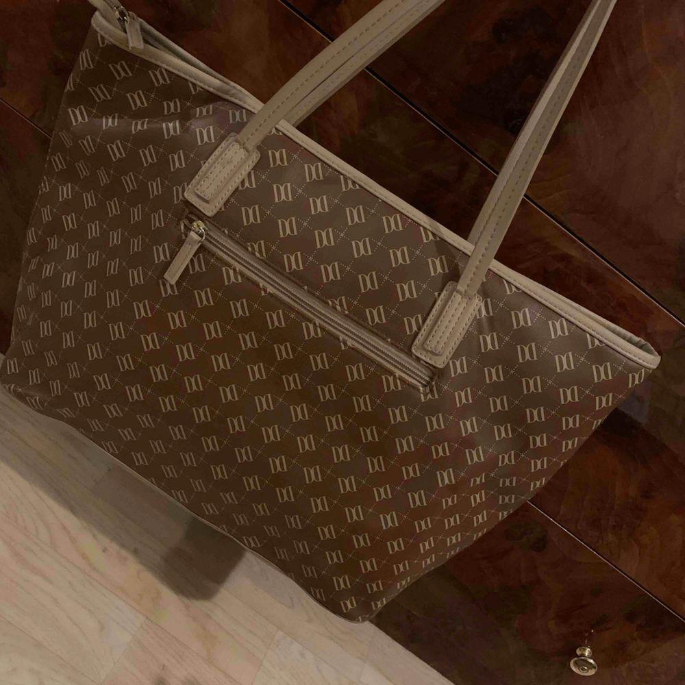 Brun/beige väska i läderimitation från Don Donna, köpt på Accent, sparsamt använd och i gott skick! . Väskor.