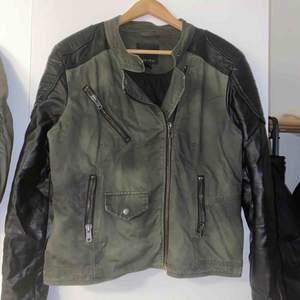 Köpt jackan från new yorker använt max 2 gånger.  Säljer jackan pga att jag inte använder den.