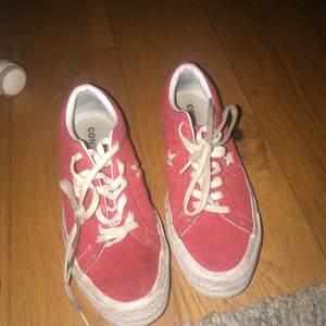 Snygga convers skor i röd mocka! Skorna är i bra skick dock skulle ett par nya sko snören göra dem till ett toppen skick!