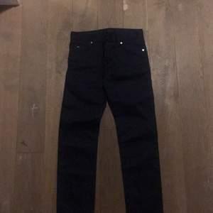 Snygga byxor i jeansliknande mörkblått tyg från J.Lindeberg. Helt nya, bara provade. Storlek W30/L32. Kan skickas eller mötas i Stockholm. Nypris var 1095 kr.
