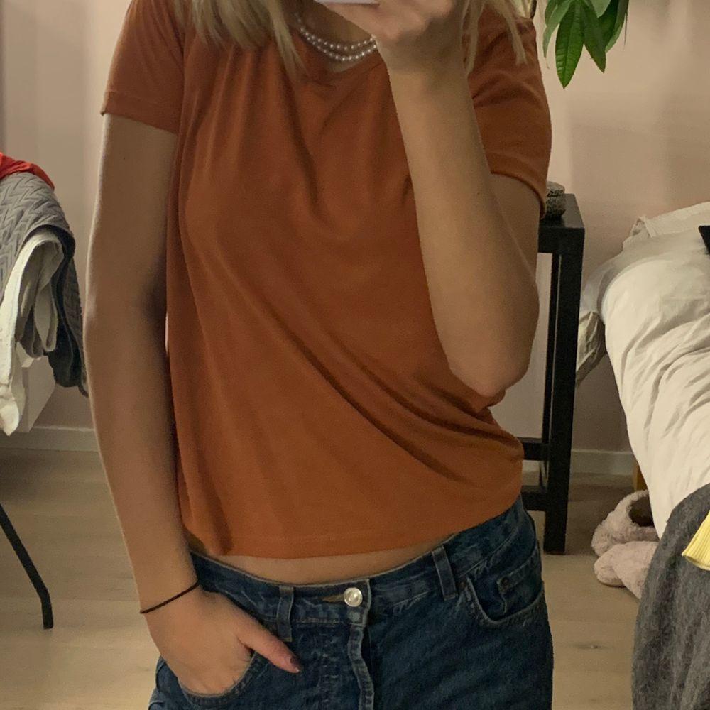 Snygg t-short i orange brun färg, helt ny har inte använts! Frakt 55kr❤️. T-shirts.