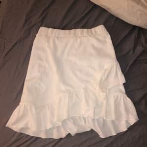 Säljer min vita kjol. Sitter tajt i midjan med stretchiga material. Köpt på SHEIN för 169. Kan skicka fler bilder om det önskas. Jättefin till sommaren. Det är stretchigt material så kan passa XS/S/M