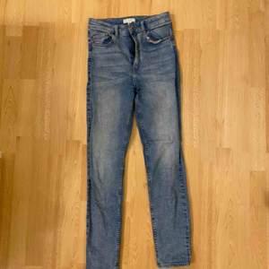Skinny jeans från H&M. Superstretchiga, ankellånga. Fint skick! Frakt tillkommer