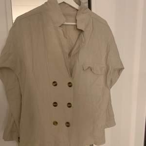 Superfin oanvänd linneskjorta eller kavaj. Köpt utomlands. Storlek L passar M. Köparen står för frakten, fraktar endast.