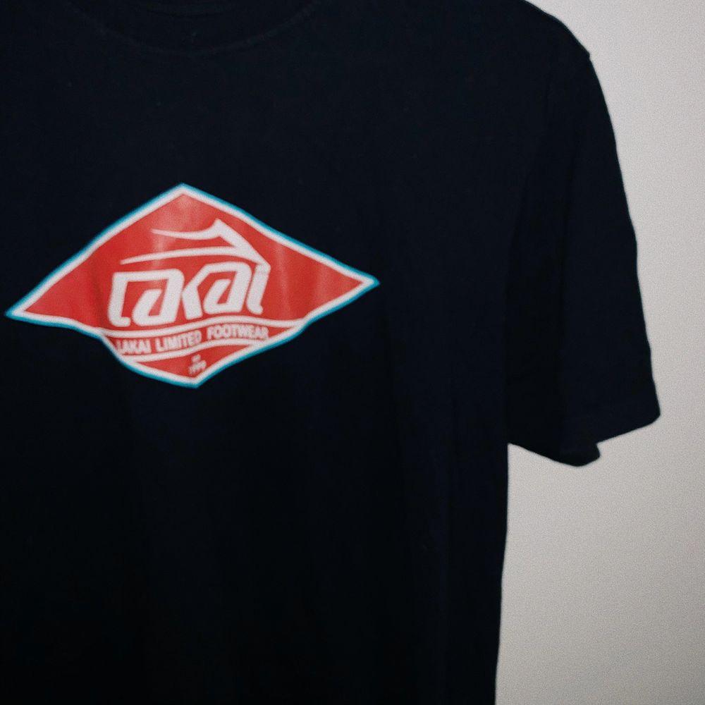 Lakai T-shirt, knappt använd. Size L ⚡️. T-shirts.