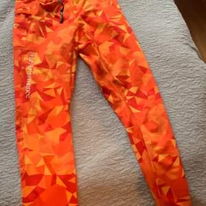 Säljer dessa orange mönstrade träningsbyxor, använda några enstaka gånger.
