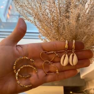 Ringarna sålda! Tre par superfina örhängen i guldfärg. Nästintill aldrig använda! Spritas såklart innan de skickas! 40kr styck eller alla för 100kr. Frakt på 22kr tillkommer🥰