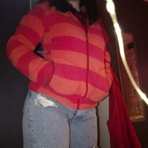 En sjukt ball 90-tals zip hoodie från TrueNorth i materialet fleece. Den är liten i storleken så den passar mer XS/S. Den är i princip i nyskick och har aldrig använt den. Buda i kommentarerna!! Startpris: 150 kronor💗💗