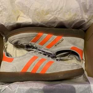 Adidas handball spezial, med orange sträck. 8/10 skick. Kommer inte till användning och därför säljs dom. Box medföljer