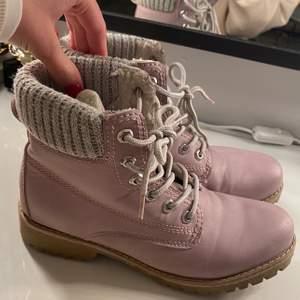 """Säljer mina vinter """"boots""""! Dom är från Duffy i storlek 38! Knappt använda men har nått svart """"sträck"""" på vänster sko, har inte testat ta bort den men är nästan säker på att den går bort! Annars är dom helt felfria! Nypris 500kr! Säljer för 100+frakt!"""