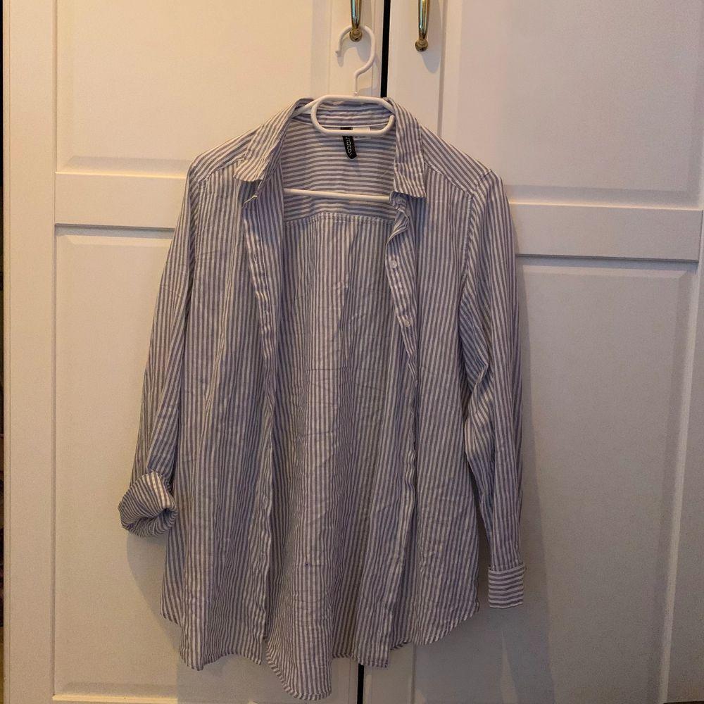 Vit och blårandig skjorta från H&m. Endast använd en gång och i fint skick ✨. Skjortor.