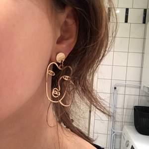 """Snygga och fina """"guld"""" örhängen från monki! I bra skick :) 20kr+frakt för båda. köparen betalar för frakt❤️"""