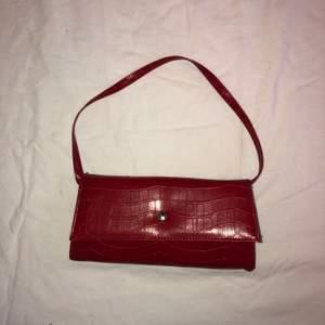 Röd handväska, superfin! Köparen står för frakten :)