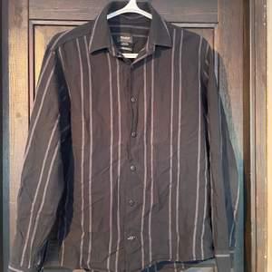 Skjorta Köpt på Pull & Bear,Puerto de la cruz. knappt använd, perfekt att använda på sommaren. 9/10. sitter mer som oversized M. Frakt tillkommer!