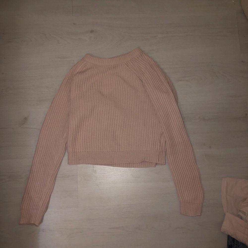 En fin stickad rosa tröja från hm🤩 Den är i bra skick och sitter väldigt bra enligt mina åsikter💕 Säljer för 50kr och köparen står för frakten. Tröjor & Koftor.