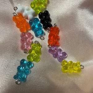 Gummibjörn örhängen finns i orange,röd,gul,honungsgul,rosa,lila,svart,vit,grön och blå 29kr + frakt skriv till mig om du är intresserad även vilken färg och om du vill ha en av en färg och den andra av en annan💖