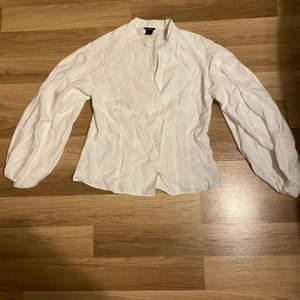 Säljer denna vita blus i strl s från Lindex. Den har en öppning i mitten av magen och ballong armar. Den är i jätte bra skick. Undrar man över något så är det bara att kontakta mig.