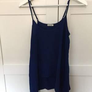 Mörkblått linne från American Vintage