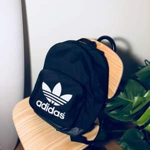 Oanvänd Adidas-ryggsäck!