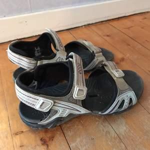 Vattentäta sandaler från ecco. De är i strl 37, men eftersom de är sandaler passar de mer en med strl 38.