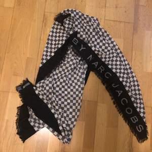 En jätte fin scarf som passar till allt, köpte den i Norge förra året. Har haft den 10tal gånger. Köparen står för frakt