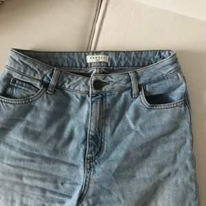 Säljer dessa snygga jeans från Sandro Paris då de tyvärr är lite för korta för mig. Inköpta i Paris förra året!💙💙