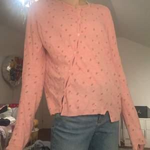 Säljer nu min rosa Zadig kofta! Den är somsagt rosa med massa dödskallar på💀 Har en liksom sne knapp linje! Dödskalle knappar! Jag är ca 170 och smal och ni ser hur den sitter på mig!💖 Lång i armarna och bra skick💫 Skriv om intresse! Obs köpare står för frakten!🤑