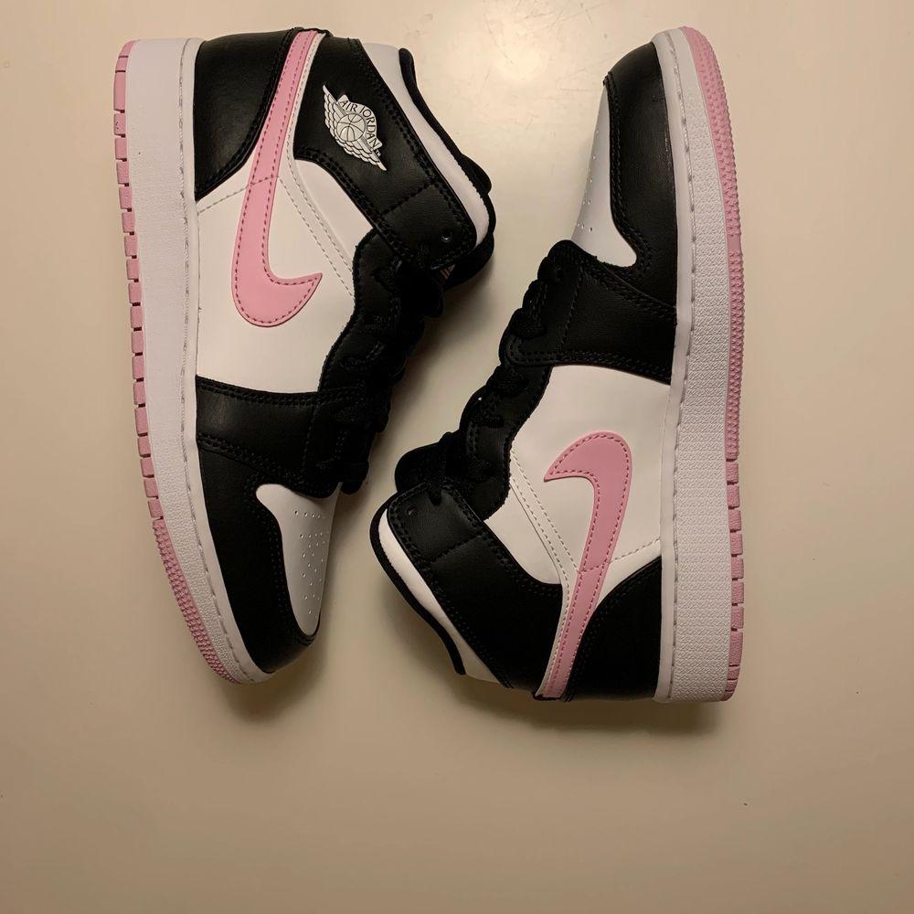 Säljer ett par nya Jordan 1 Mid Arctic Pink storlek 38 för 1599. Dom är såklart äkta.                             Kan mötas upp i närheten av T-Centralen. Skor.