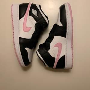 Säljer ett par nya Jordan 1 Mid Arctic Pink storlek 38 för 1599. Dom är såklart äkta.                             Kan mötas upp i närheten av T-Centralen