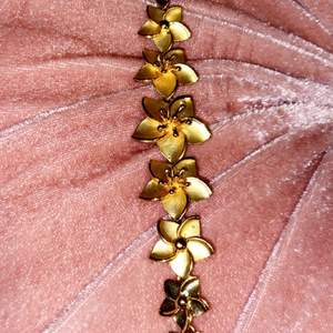 Säljer dessa fina guldfärgade smycken. De säljs separat om så önskas.💕☺️