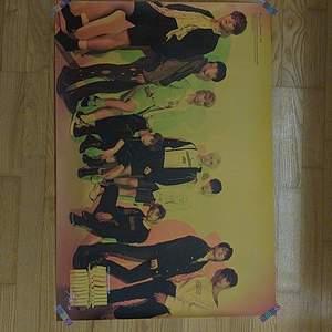 En stray kids affisch som jag fick med ett album, den är gul och orange. I jättebra kvalité. Priset bestämmer vi tillsammans och det är bara att fråga om det finns något du undrar❣