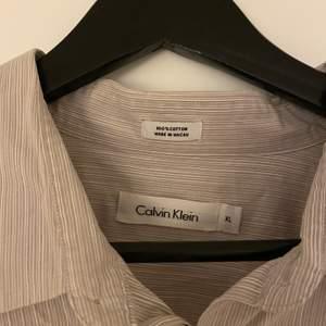 Skjorta i oversized modell från Calvin Klein. Storlek XL. Bra skick!