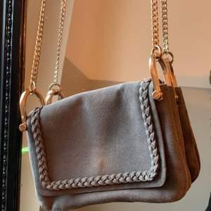 Grå liten väska från Hm, lite sliten, men bra väska