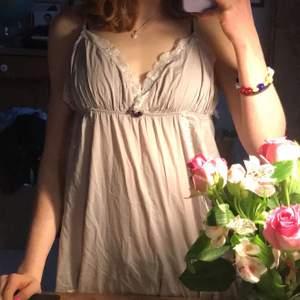 Jättegulligt lir längre linne från Odd Molly som jag älskar men aldrig använder ❤️ storlek S, jag har även xs