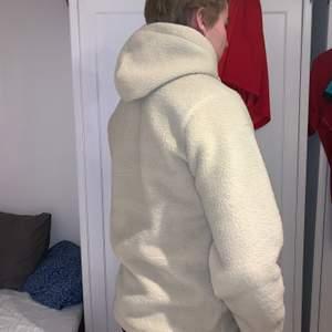 Säljer min Teddy hoddie den är väldigt mysig men jag har köpt en ny garderob och den inte plats så säljer den nu, ny pris ca 600-700 den är i bra skick och använd 1 gång, undrar ni nått eller vi ha fler bilder så hör av er☺️