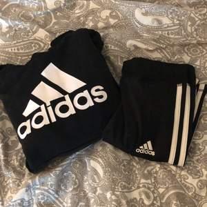 Adidas sett för ändast 166kr ink frakt. Byxorna rekommenderas till åldrarna 11-12. Hoodien detsamma. Kontakta mig vid intresse!