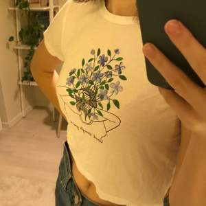"""Söt T-shirt från monki! Blom tryck med texten """"good things growing"""". Lite kortare tröja i skönt material.Lite skynklig just nu men kan strykas innan frakt.  Fortfarande i bra skick:) kan mötas upp i Stockholm, annars betalar köparen för frakt❤️"""