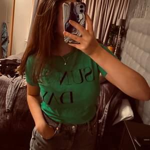 snygg grön t-shirt med tryck på💚🖤 aldrig använd! Skönt material och passar till allt🌟.               Köparen står för frakt📦