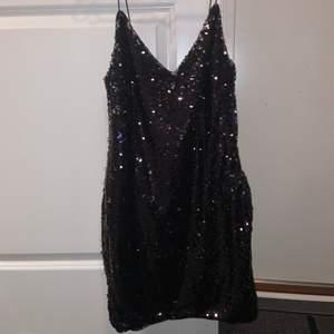 Paljett klänning från nakd. Köpt av en tjej och då hade plaketterna försvunnit på vissa ställen (se bild 2 & 3)
