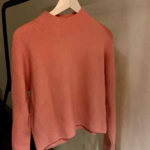 Rosa stickad tröja från & other storys, köpt förra året. Inte jätte använd. Skriv för fler bilder:)