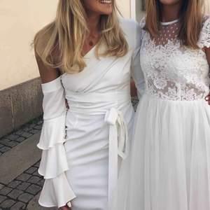 Helt fantastisk studentklänning. Från Asos, kemtvättad, hel. Kan mötas upp i Göteborg eller skickas. Jag är 178 och över 99cm över rumpan!