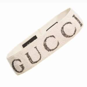 Populärt Gucci pannband med dustbag och kartong. Frakt ingår i priset! Finns i färgerna svart och vit.